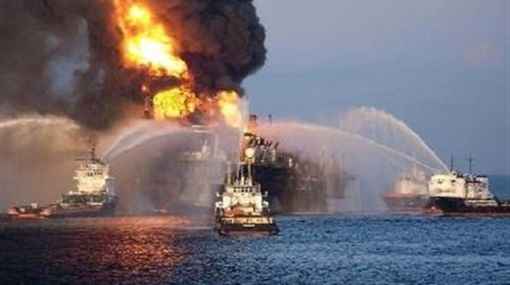 Navy rescues crew of a container ship fire: and put out the fire